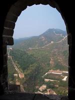 het uitzicht door het raam van een uitkijktoren foto