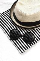 hoed en zonnebril foto