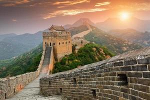 majestueuze spectaculaire grote muur van China in de zonsondergang foto