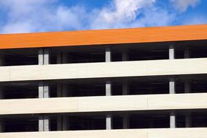 lege parkeergarage close-up met meerdere verdiepingen foto