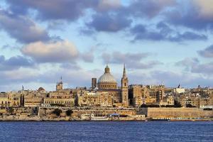skyline van la valletta, hoofdstad van malta, avondlicht foto
