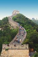 grote muur van china toeristen klimmen foto