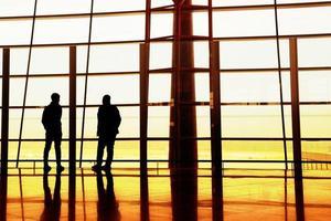 passagiers die wachten om aan boord van het vliegtuig te gaan. foto