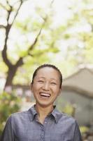 jonge vrouw die lacht en camera kijkt foto