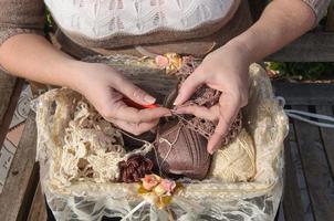 close-up van de handen van de vrouw buitenshuis haken foto