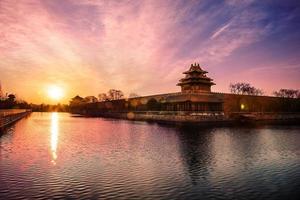 hoektoren en de gracht van de verboden stad bij zonsopgang foto