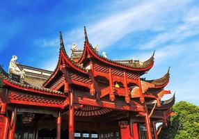 blauwe lucht en witte wolken, oude Chinese architectuur foto
