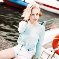 mooi meisje op zee pier