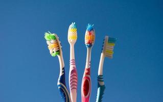 set van vier gekleurde tandenborstels foto
