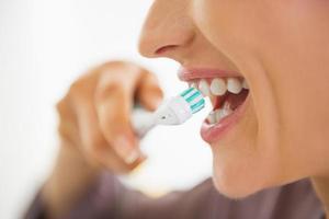close-up op gelukkige jonge vrouw tanden poetsen