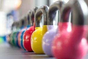 kleurrijke waterkoker bell op tafel foto