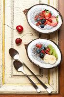 chia zaden kokosnootpudding met bessen en fruit. bovenaanzicht foto