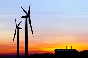 silhouet windturbine-generator met fabrieksemissies van koolhydraten foto