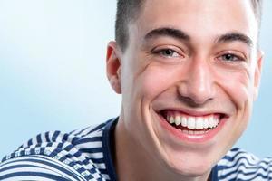 jonge man met charmante glimlach. foto