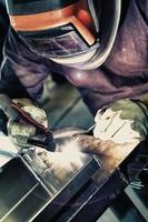 lasser om aluminium materialen te lassen. foto