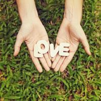 """amateurstijlfoto van het woord """"love"""" in twee handen foto"""