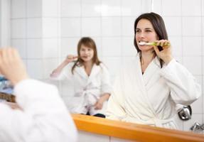 moeder en dochter tanden poetsen foto