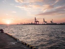 de haven van Osaka bij zonsondergang foto