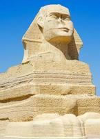 Egyptische sfinx standbeeld over blauwe hemel foto