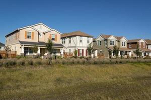 rij van kleurrijke huizen foto