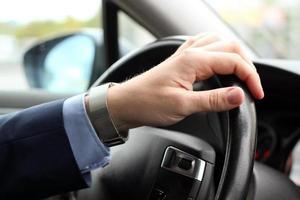 zakenman zijn auto rijden foto