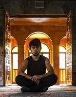 mediteren in de moskee foto