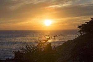 prachtige zonsondergang op het strand foto