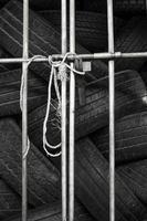 autobanden in de opslagplaats van de plankband. foto