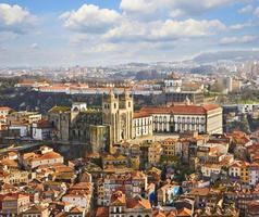 daken van de oude stad en de kathedraal van porto in porto foto
