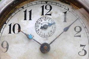 de wijzerplaat van de oude klok van dichtbij
