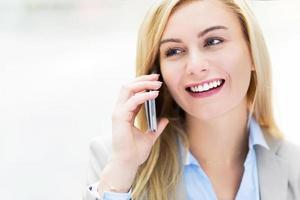 zakenvrouw met behulp van een mobiele telefoon foto