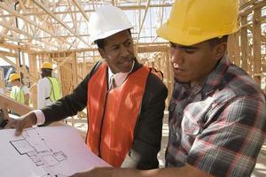 architect en bouwvakker foto
