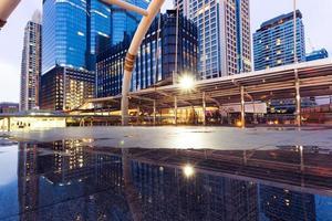 stedelijke stadsgezicht en moderne zakelijke gebouw gezien vanaf voetgangersbrug foto