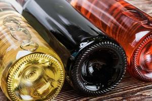 flessen wijn van verschillende soorten foto