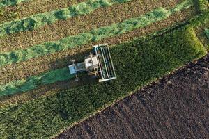 luchtfoto van oogstvelden met oude combineren foto