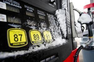 brandstof dispenser in de sneeuw foto