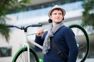 man met fiets foto