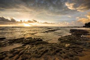 rotsen en wolken op het strand foto