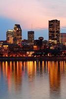 Montreal over rivier bij zonsondergang foto
