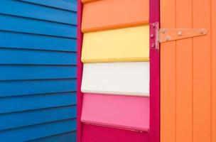 detail van kleurrijke houten dakspaangebouwen foto
