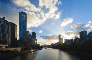 weergave van moderne gebouwen bij zonsondergang foto