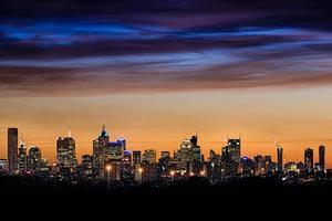 de skyline van de stad van melbourne met geweldige hemel foto