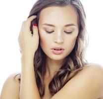 jonge zoete brunette vrouw close-up geïsoleerd op een witte achtergrond foto