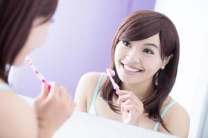 glimlach vrouw tanden poetsen foto