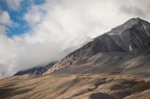 landschap van berg en plaats in leh ladkh, india foto