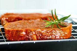 gemarineerd vlees voor barbecue foto
