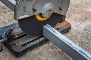 het zagen van een vierkant metaal en staal met een verstekzaag
