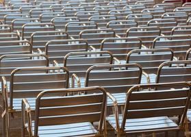 lege metalen stoelen plaatsen in de openbare ruimte foto
