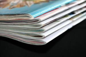tijdschriften op de zwarte bank foto