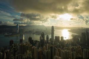 zon stijgende Victoria-haven van Hongkong foto
